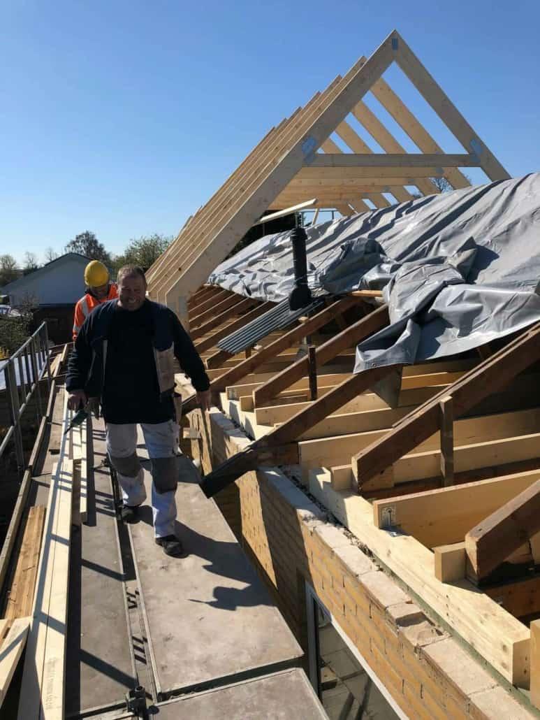 Håndværkere på stillads ved husprojekt
