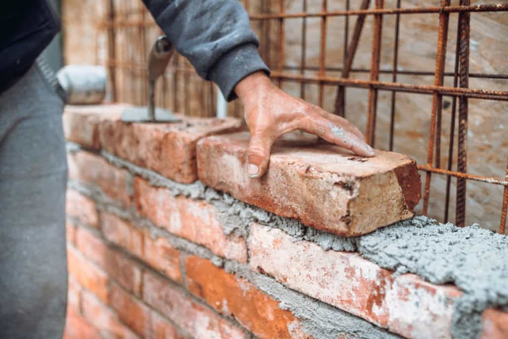 Håndværker lægger mursten