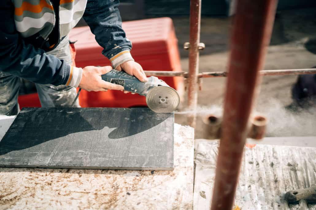 Håndværker udfører beskæring af plade