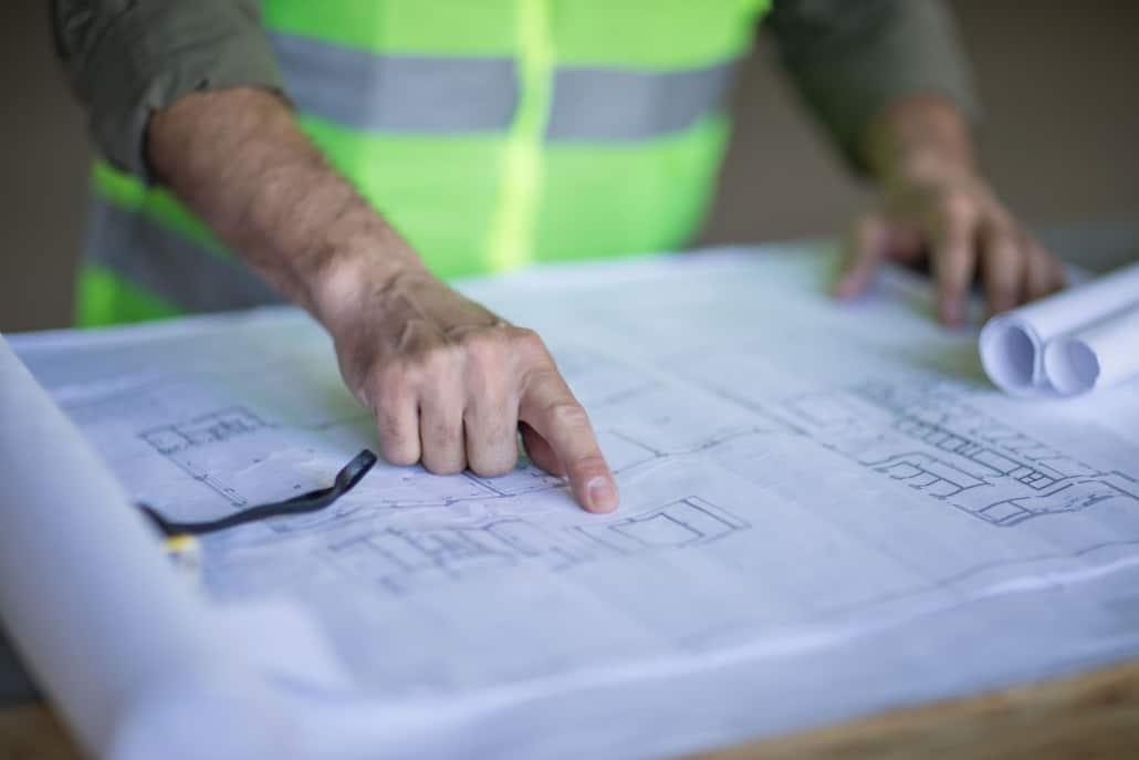 ingeniør med byggetegninger