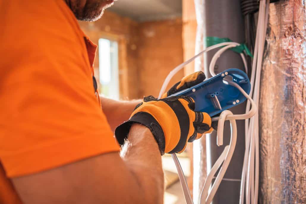 Elektriker klargør elektrisk stikkontakt