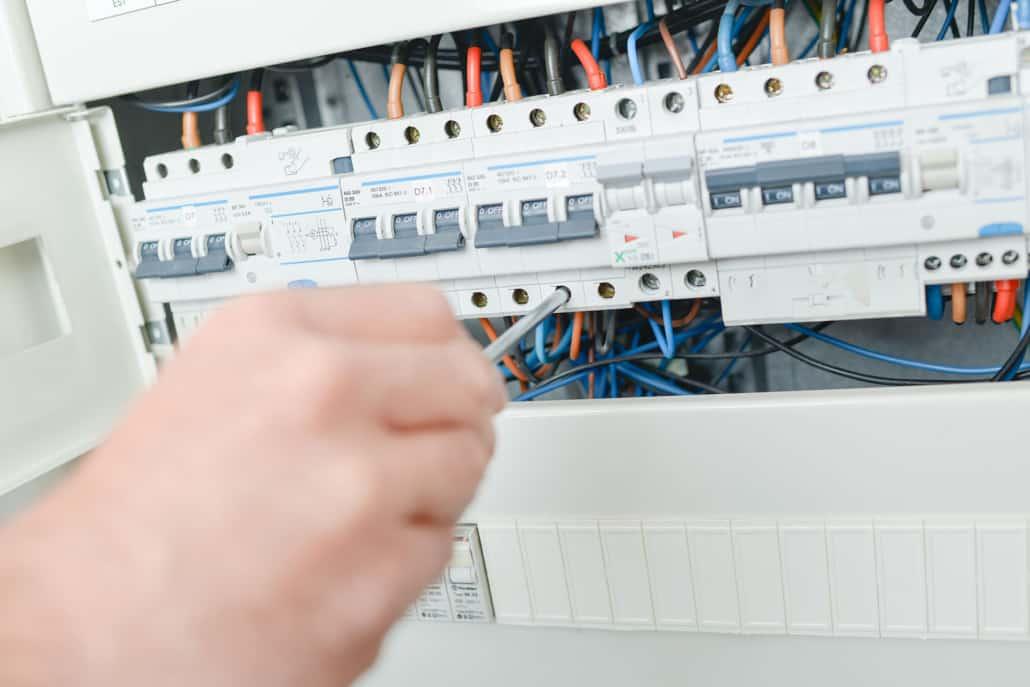 Elektriker reparerer sikring