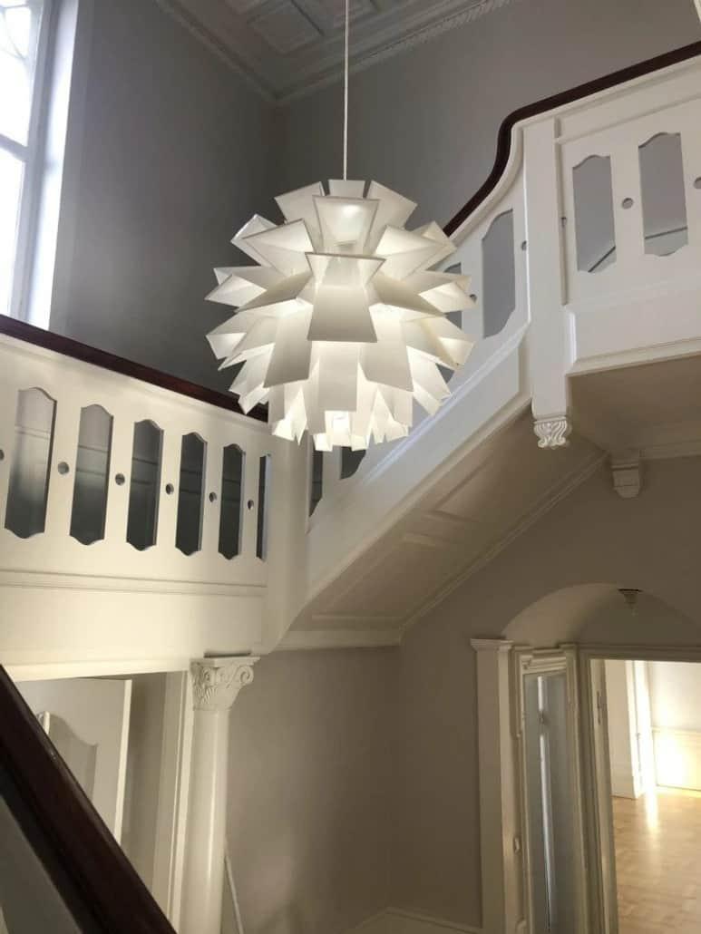 Hvid Loftlampe ved trappeopgang