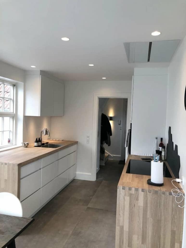 Køkken i lyst træ og hvid maling
