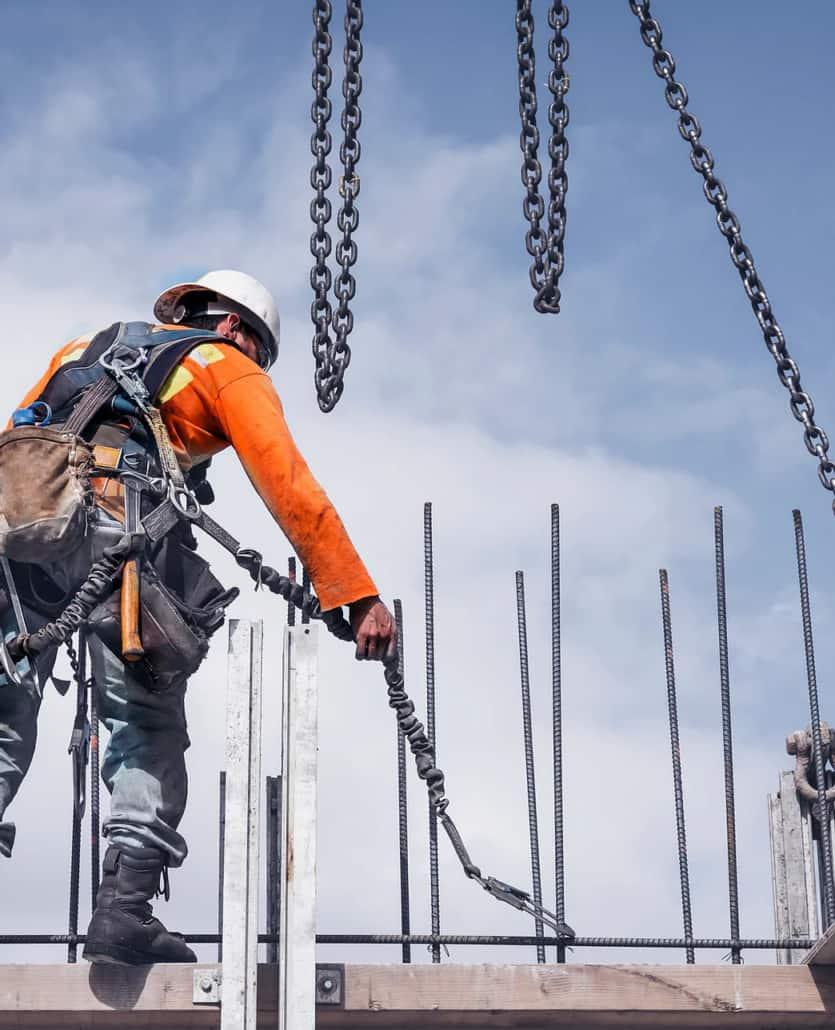 håndværker ved byggeplads med sikkerhedssele