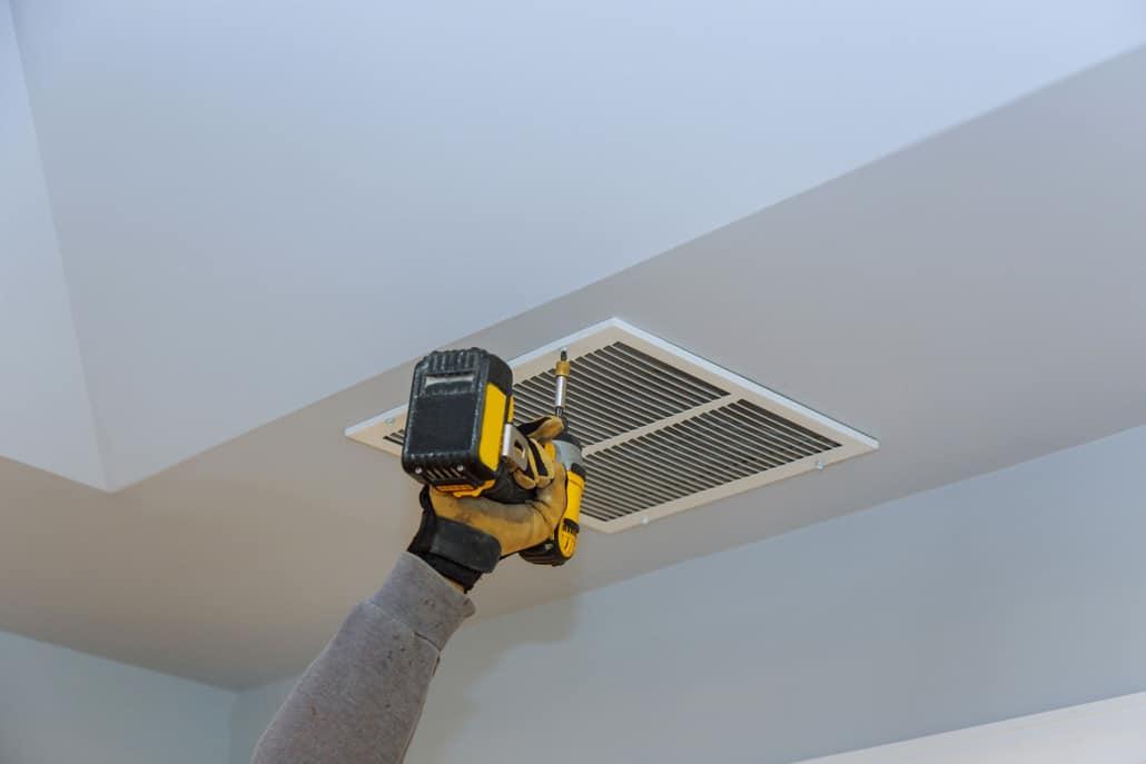 Installation af ventilation i loftet