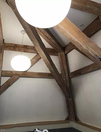 hus med loftlamper og træstøtte