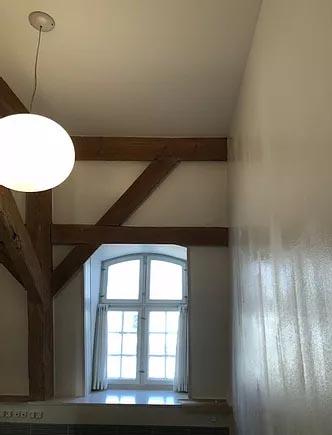 Hus med vindue, loftlampe og hvide vægge