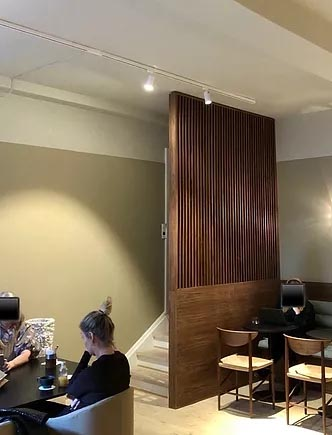 Rum med skillevæg ved trappe