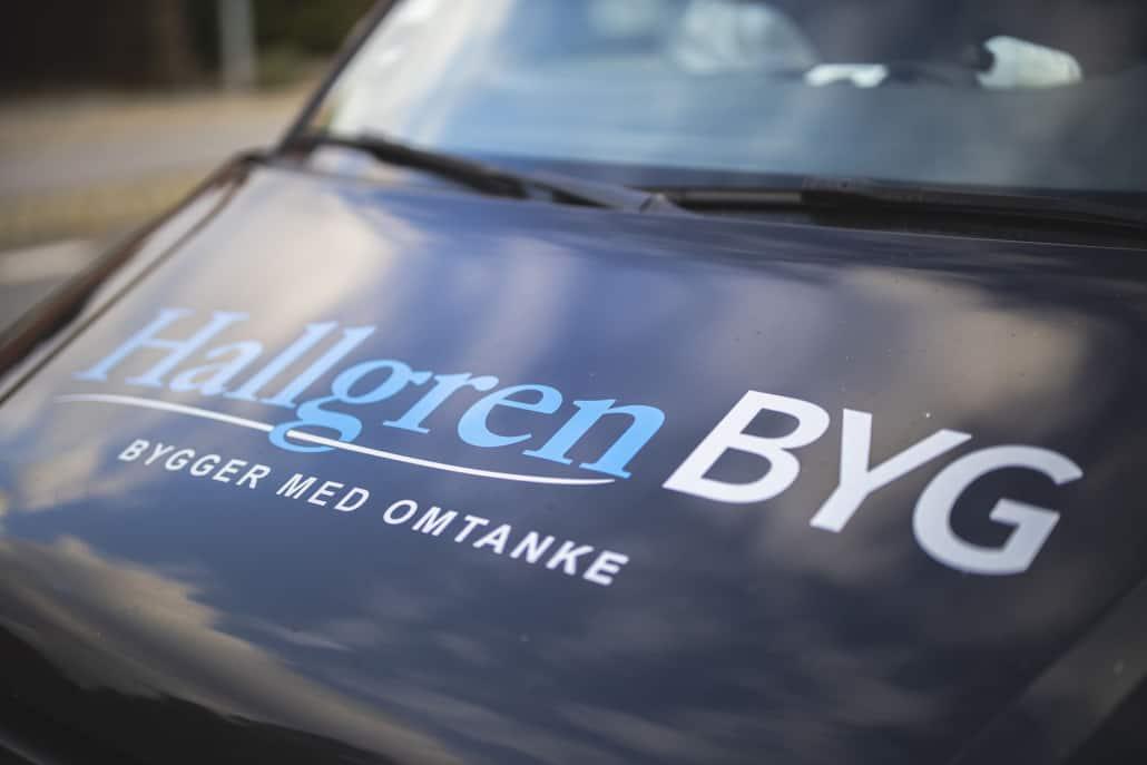 Hallgren BYG logo på firmabil front