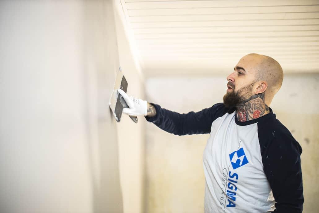 Maler udfører spartling af væg