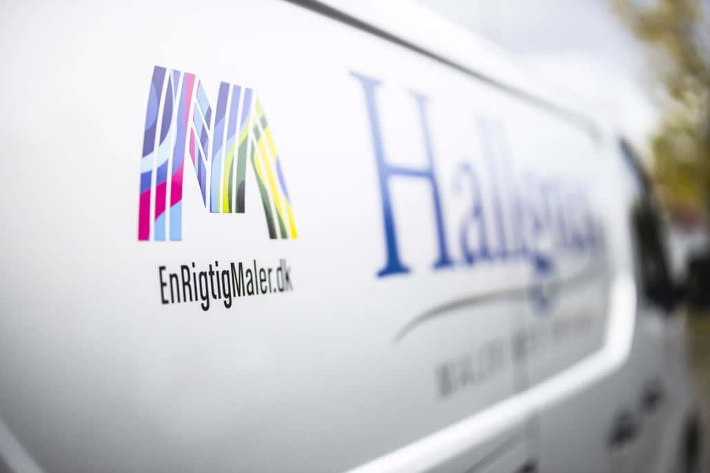 Enrigtigmaler.dk og Hallgren BYG logo på bil
