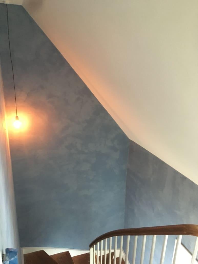 Nymalet trappeopgang i grå