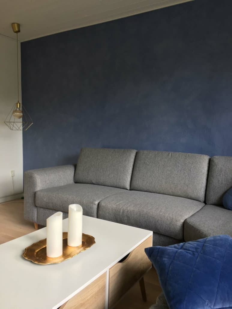 Blå væg og trægulv