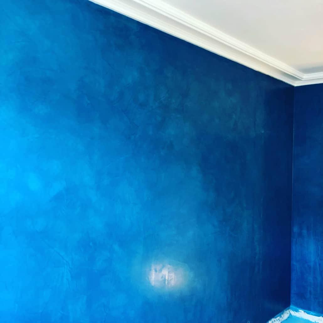 Væg i blåt maling