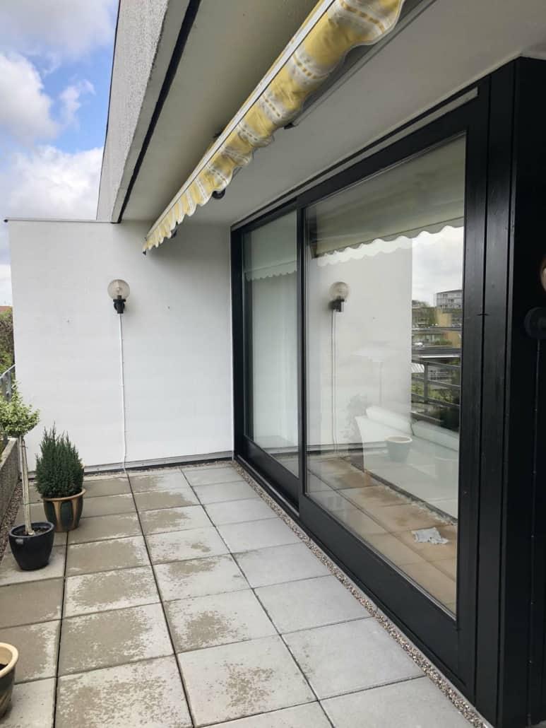 sort glasvæg ved terrasse