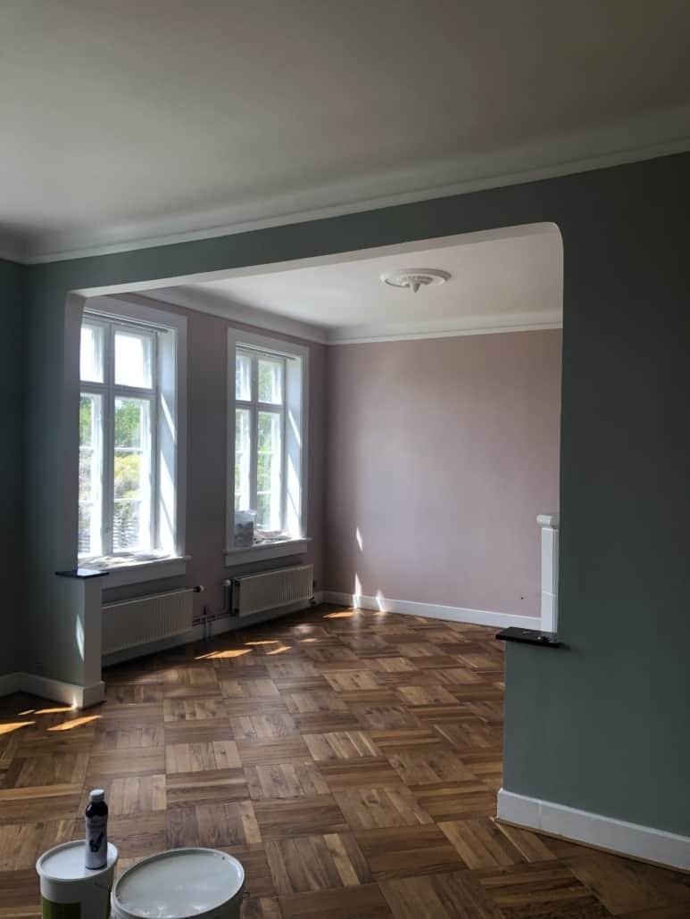 Rum med grønne og lyserøde vægge