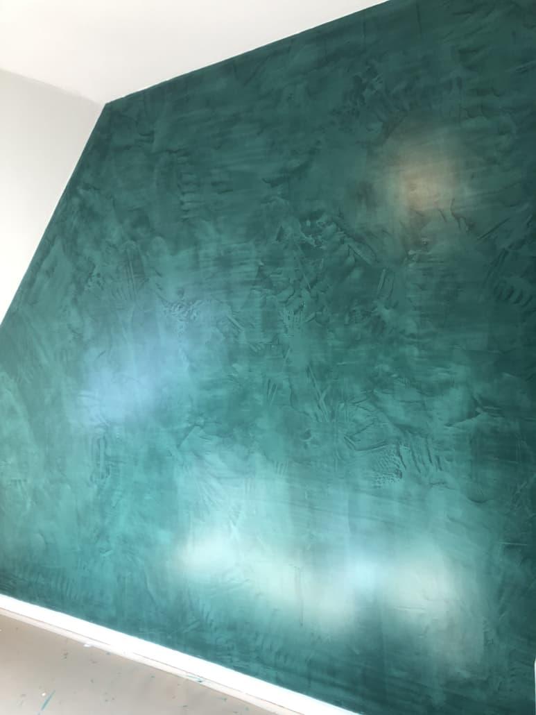 Nylavet væg i turkis
