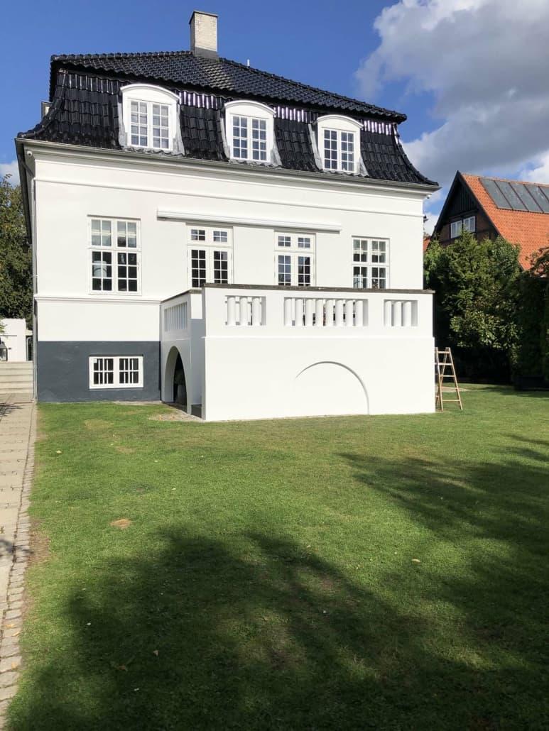 Stor villa i hvid og sort